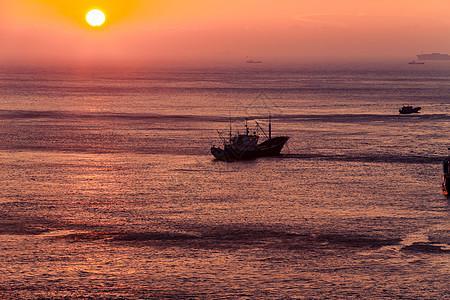 夕阳下的海景图片