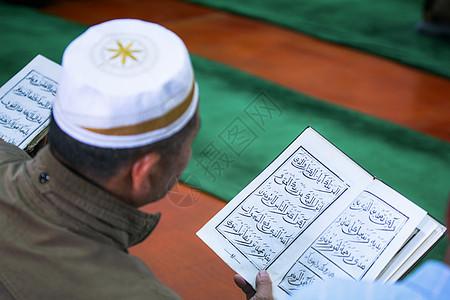 伊斯兰教念古兰经的男性图片