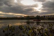 漫云下的三元湖图片
