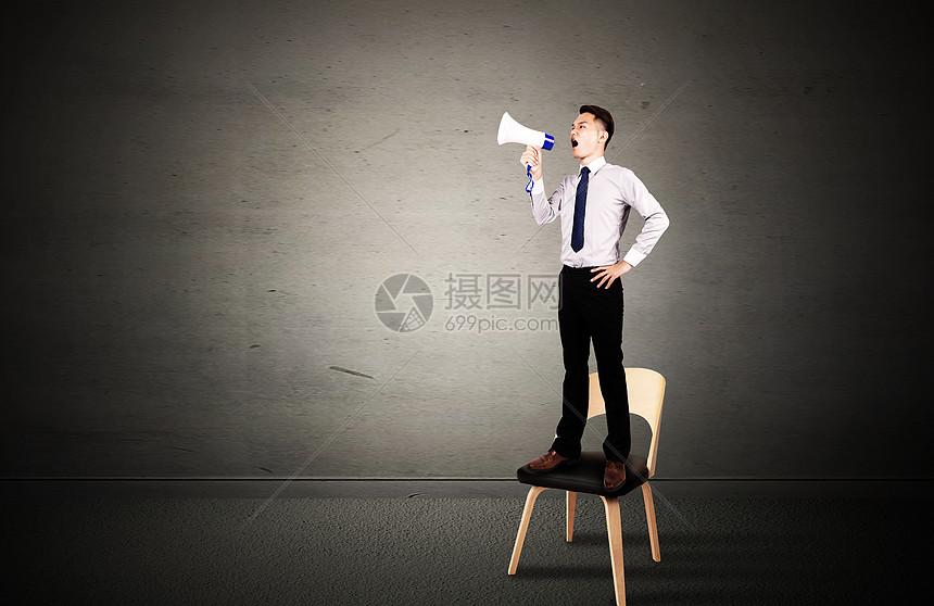 站在椅子上大喊的商务男图片