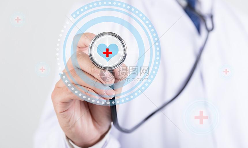 医生手拿听诊器图片