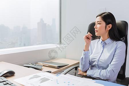 商务女士沉思着看向远方图片