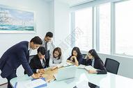 商务团队会议讨论图片