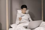 夜晚单身男子网络购物图片