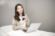 卧室女孩网络购物图片
