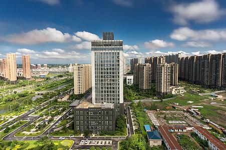 蓝天白云下的城市建筑图片