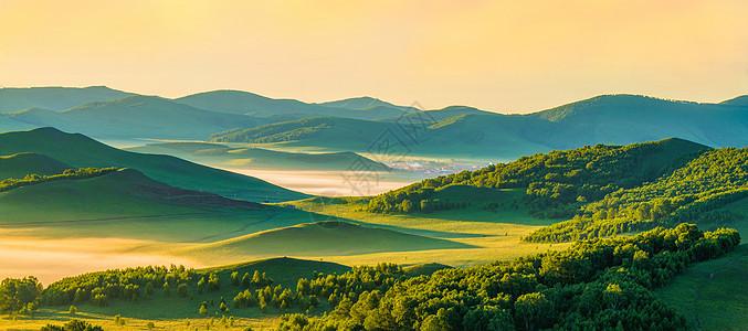 草原朝阳映晨雾图片