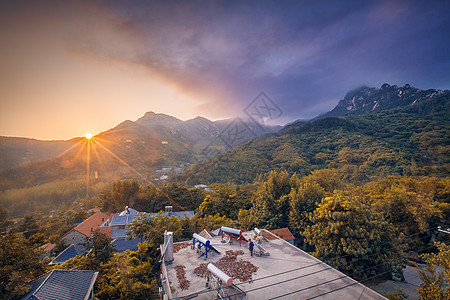 山居朝阳图片