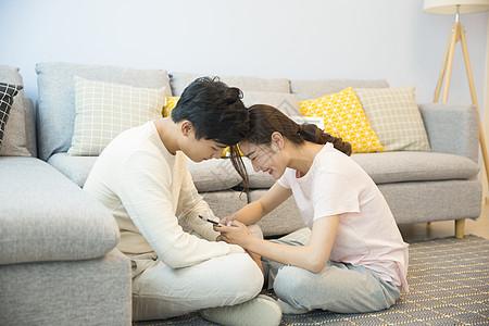 年轻夫妇在客厅休息图片