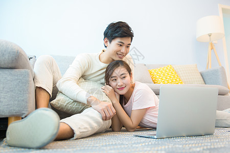 年轻夫妇在客厅看电脑图片