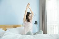 在卧室床上休息的女性图片