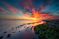 火烧云下的海景风光图片