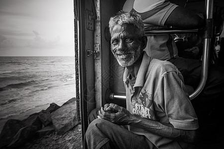 斯里兰卡海边小火车上的老头图片