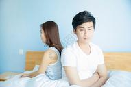 年轻情侣在床上冷战图片