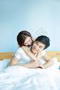年轻情侣在床上打闹图片