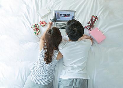 年轻情侣在床上网购图片