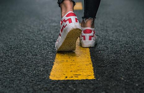 行走在马路上图片