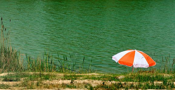 湖边太阳伞图片