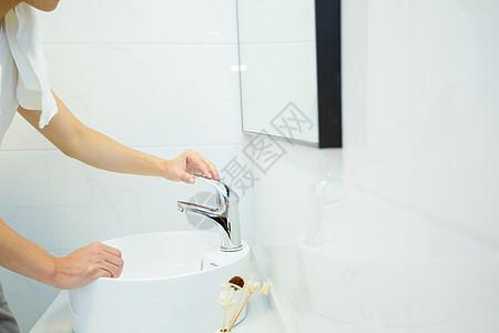 浴室洗漱开水龙头特写图片