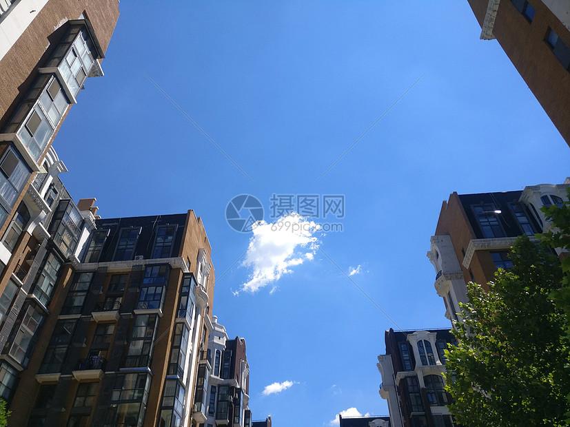 蓝天白云下的小区图片