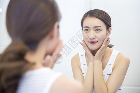 年轻女子在浴室护肤图片