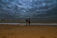 秦皇岛海边牵手的情侣背影图片