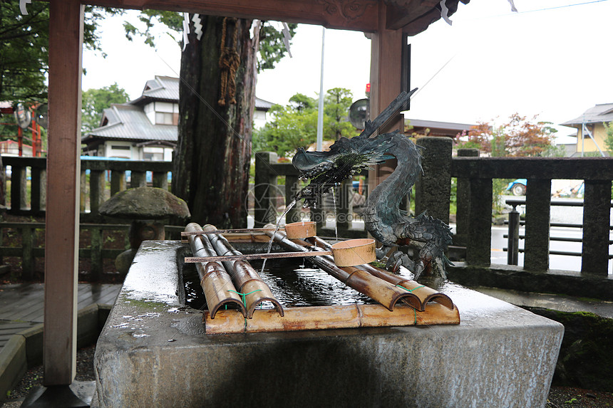 雕塑龙吐水水池景观图片