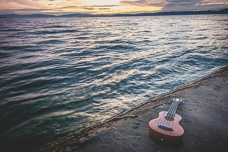 海边的吉他图片
