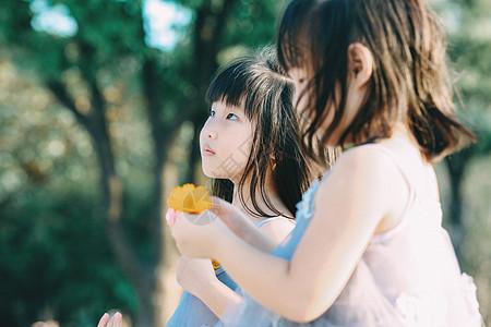 抬头仰望的儿童双胞胎图片
