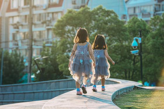 夕阳西下的儿童双胞胎图片
