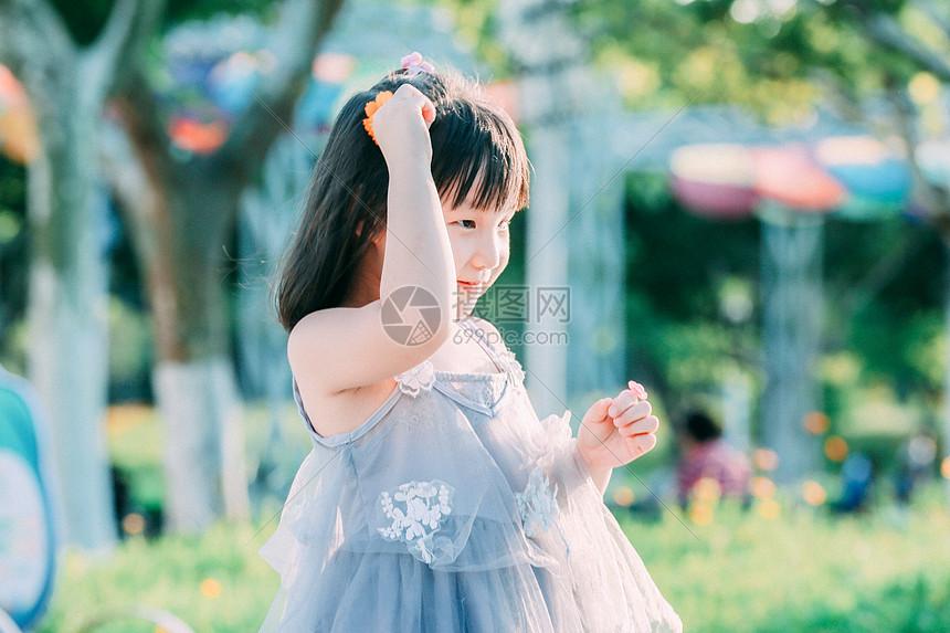 唯美图片 人物情感 阳光下可爱的小女孩jpg  分享: qq好友 微信朋友圈