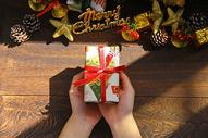 圣诞节手捧礼物背景图片