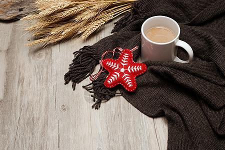 一杯咖啡配上针织保暖的冬季围巾图片