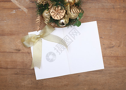 圣诞装饰和白色笔记本图片