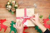 双手打开圣诞礼盒图片