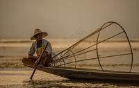 缅甸茵莱湖渔夫捕鱼风光图片