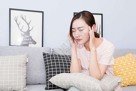 在家沙发坐着头疼的年轻人图片