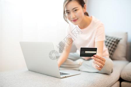 在家客厅网购打电脑的女性图片