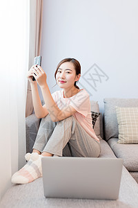 在家打电脑休闲放松的女性图片