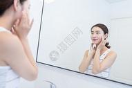 年轻美女擦护肤品保养皮肤图片