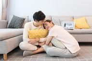 在客厅聊天互动的情侣图片