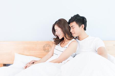 坐在床上恩爱的情侣图片