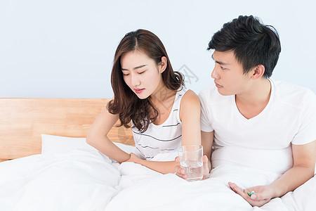 丈夫照顾妻子吃药喝水图片