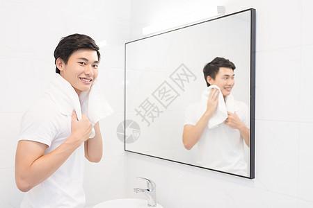 正在洗脸的年轻男士图片