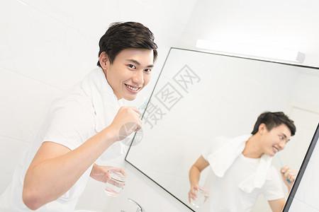 正在刷牙的男士图片