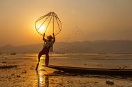 缅甸茵莱湖渔夫捕鱼表演图片