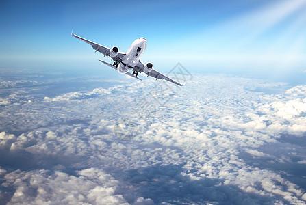 云端上的航空运输机图片