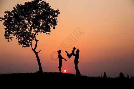 夕阳下的一家人剪影图片