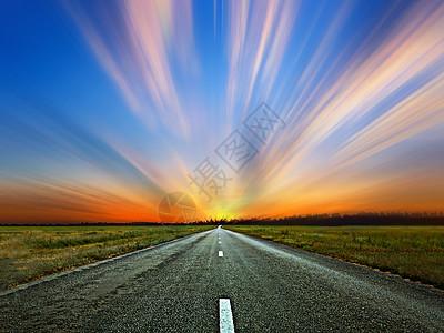 夕阳下唯美的高速公路图片