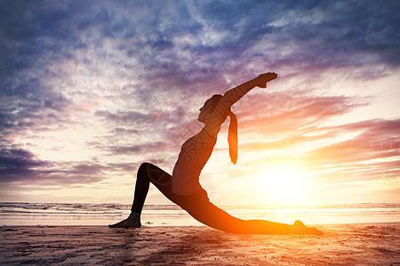 在黄昏下锻炼瑜伽图片